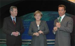 Bundeskanzlerin Merkel mit Schwarzenegger und Christian Wulff während des Messerundgangs.