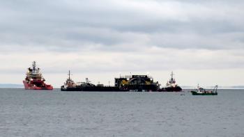 Lastkahn mit Turbine, mehrere Schiffe