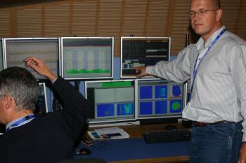 Cern-Physiker Markus Albert zeigt auf den roten Punkt: Der Strahl ist da!