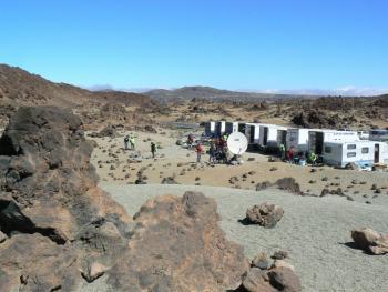 """Ein kleiner Parkplatz dient den Teams in den kommenden Tagen als """"Mondbasis"""", von der aus sie ihre Roboter in die Krater schicken."""