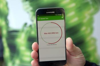 """Hand hält Smartphone auf dem """"max 463 Mb/sec"""" angezeigt wird"""