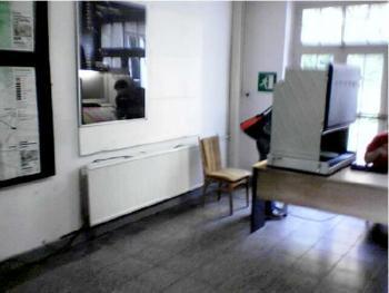 Guck mal, was der wählt: Spiegel hinter einem Wahlcomputer im Wahllokal 11, Teltow