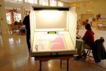 Klein, kleiner, Lupe: CCC-Angaben zufolge waren die Beschriftungen der Wahlvorschläge so winzig, dass sie selbst mit einer Lupe kaum entziffert werden konnten.