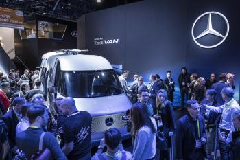 """Das """"Future Van"""" trägt zwei Drohnen auf dem Dach."""