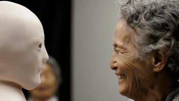 Telenoid, der ferngesteuerte Telepräsenzroboter des japanischen Forscher Hiroshi Ishiguro, soll mit alten Menschen kommunizieren.
