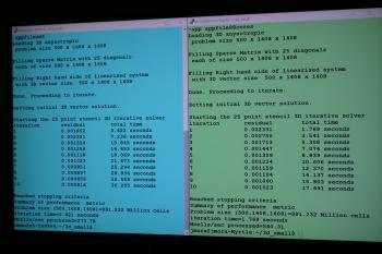 Auf dem Ryzen-Tech-Day führte AMD den seismologischen Benchmark (unter NDA) live vor (hier mit knapp 1 Milliarde Zellen). Beide Systeme laufen mit 44 Kernen, Blau: Intel Broadwell-EP, Grün: AMD Naples