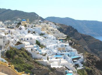 Weiße Häuser auf Inselhang (Oia, Santorin, Griechenland)