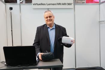 Claus-Peter Gabriel hat das VR-Lern-Projekt mitentwickelt. Den kleinen Messestand auf der CeBIT bespielte er komplett allein.