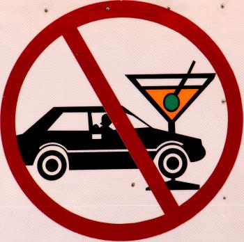 Verbotszeichen mit PKW und Martiniglas