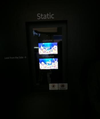 Das dehnbare OLED darf man auf der DisplayWeek nur im dunklen Showroom begutachten.