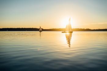 Auch direktes Gegenlicht kann stimmungsvoll zur Bildgestaltung eingesetzt werden. In diesem Beispiel ist trägt neber der Sonne selbst auch die Spiegelung von Licht und Boot zum stimmigen Gesamteindruck bei.