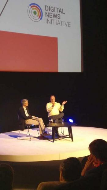 Jimmy Wales stellte bei der Veranstaltung in Amsterdam sein Projekt Wikitribune vor.
