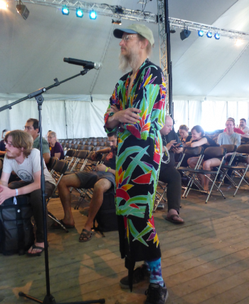 Frage 9: Ein Hippie spricht im Versammlungszelt. Wer isses?