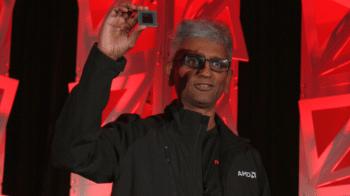 AMD-Chefentwickler Raja Koduri mit einem Vega-Grafikchip. Gamer-Karten der Serie Radeon RX Vega sollen den Umsatz ab dem dritten Quartal weiter steigern.