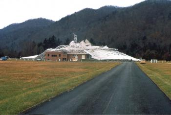 Das zusammengeknickte 300 foot Radio Telescope