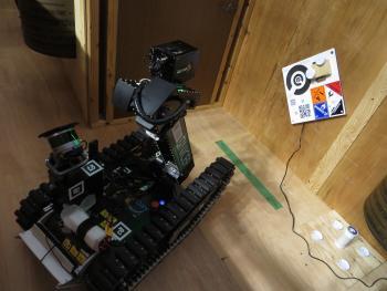 Der Roboter des Teams Hector zeigt in der Rescue Arena, wie gut er gucken kann.