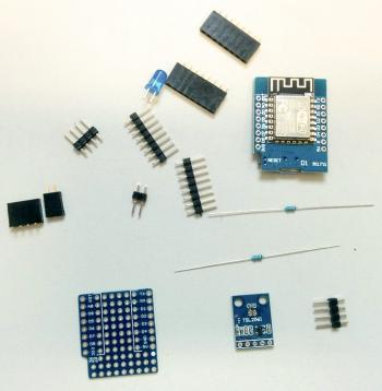 Verschiedene elektronische Bauteile liegen verstreut auf einem Tisch