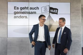 2 lachende Männer in Anzügen