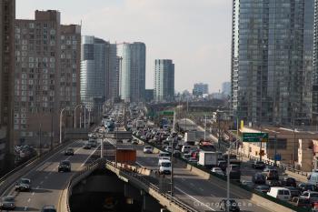 Autobahnstau zwischen Hochhäusern