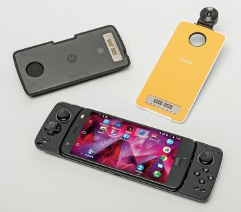An das Moto Z2 Force von Lenovo lassen sich Module anbringen, auch Kuriositäten wie einen Alexa-Lautsprecher oder ein Gamepad.