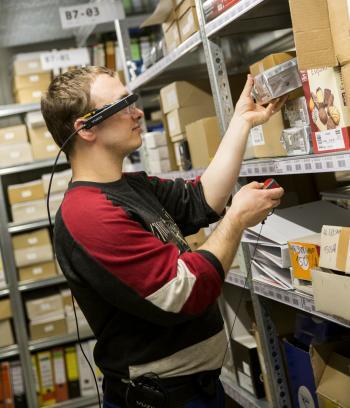 Das neuentwickelte Lösung der TU München unterstützt hörbehinderte Mitarbeiter in der Lagerlogistik.