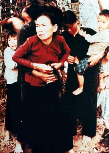 Eine Vietnamesin und ihre Kinder, kurz bevor sie während des Massekrs von My Lai ermordert wurden