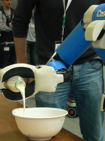 Getroffen! Cosero gießt Milch in eine Schüssel - aus einer Flasche, deren Drehverschluss er selbstständig geöffnet hat.