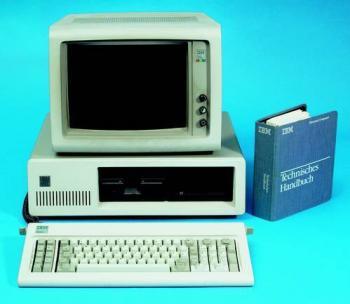 Der Original-IBM-PC mit CGA-Monitor und Tastatur. Hier ist er schon aufgerüstet mit 10 MByte Festplatte und 512 KByte RAM für rund 10.000 US-Dollar.