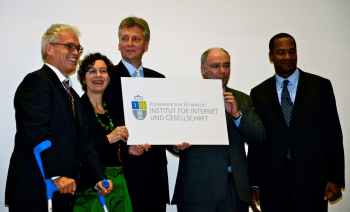 Feierten die Eröffnung des Alexander-von-Humboldt-Institut für Internet und Gesellschaft: Ingolf Pernice (HU), Jeanette Hofmann (WZB), Thomas Schildhauer (UdK), Wolfgang Schulz (Hans-Bredow-Institut) und Google-Rechtsvorstand David Drummond (v.l.n.r.)