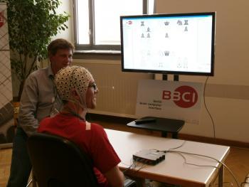 """Ein Gehirn spielt Schach: Professor Klaus-Robert Müller und sein Kollege Sven Dähn am """"Berlin Brain-Computer Interface"""" der Technischen Universität."""
