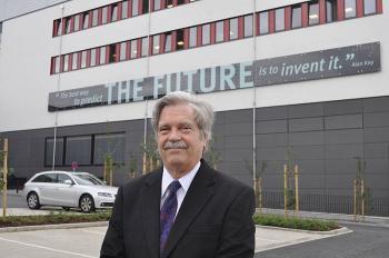 Alan Kay vor dem Gebäude O, dem neuen Hauptgebäude der Computerwissenschaften an der Uni Paderborn.