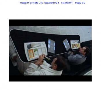 """Szenenfoto aus """"Odyssee im Weltraum"""": Astronauten nutzen Tablet-Computer"""