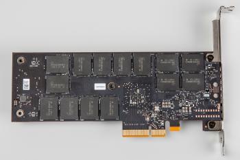 Die Optane-Chips auf der Rückseite werden nicht gekühlt, SSD-Controller samt Chips auf der Front hingegen schon.
