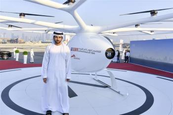 Dubais Kronprinz Mohammed bin Rashid Al Maktoum vor dem Volocopter.