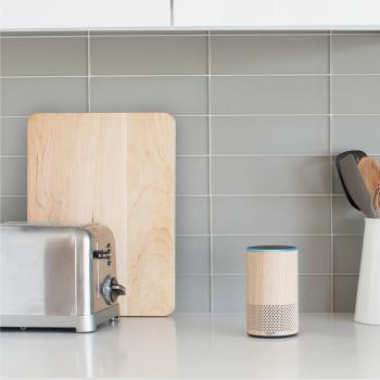 Der neue Echo ist in verschiedenen Designs erhältlich, damit sich das Gerät besser in die Umgebung einfügt.