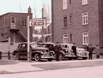 S/W-Aufnahme dreier Autos mit Chauffeur