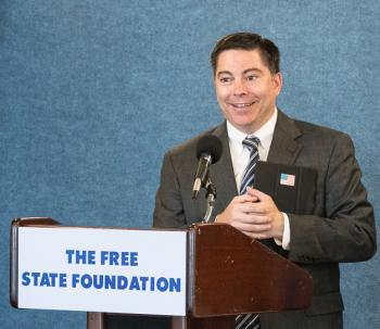 "Michael O'Rielly an Rednerpult mit Aufschrift ""The Free State Foundation"""
