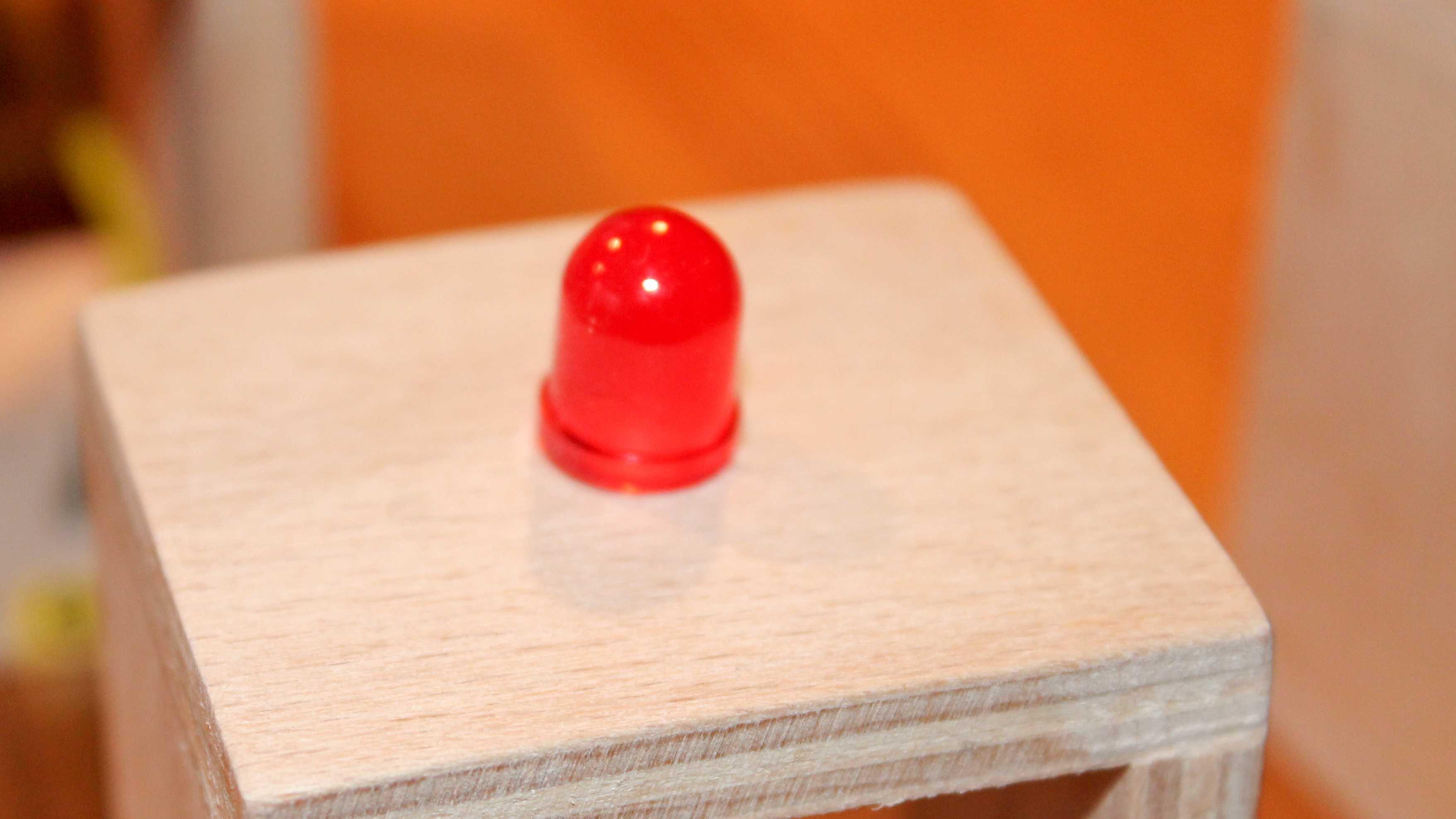 Holzblock mit LED eingelassen.
