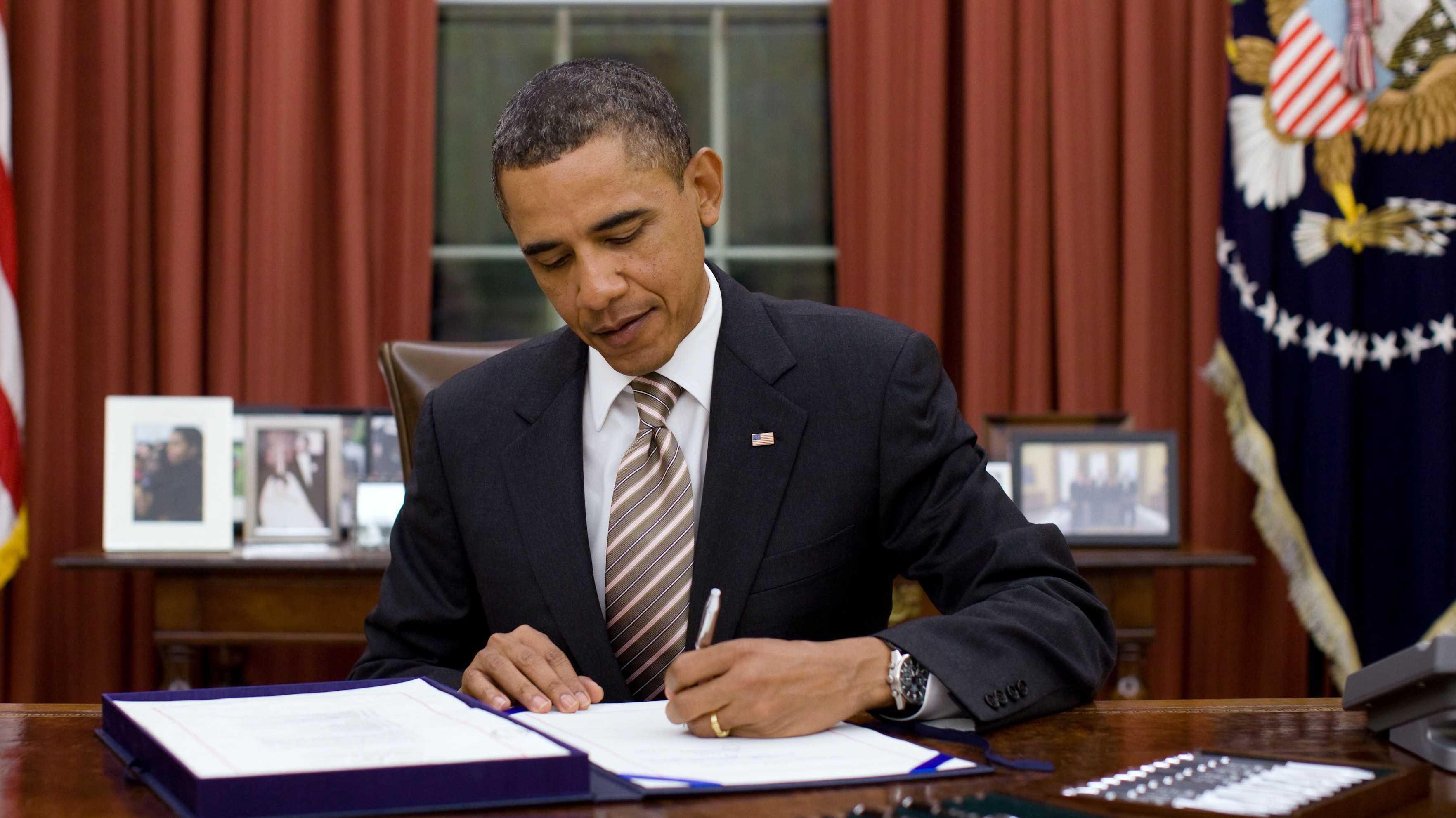 Barack Obama unterzeichnet ein Gesetz