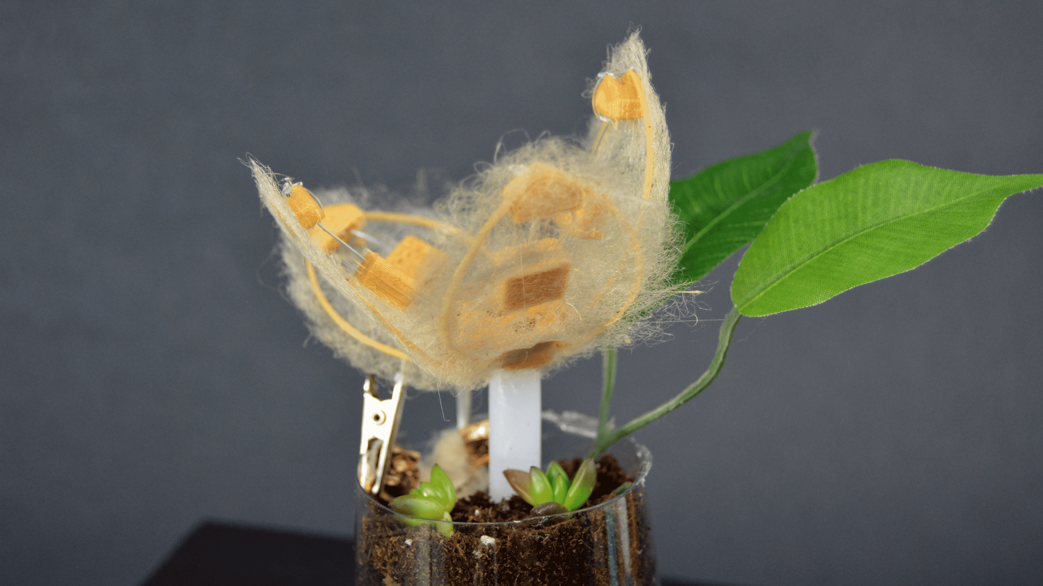 Eine Blume mit gelben Blättern, die faserig 3D-gedruckt wurden.