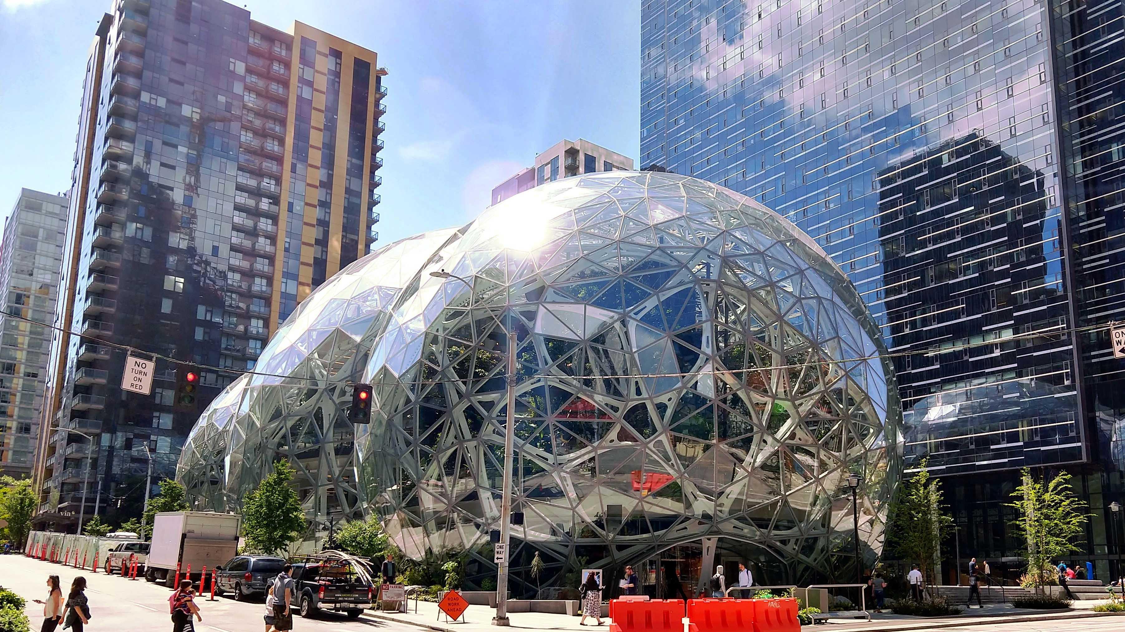 3 kugelförmige Glashäuser