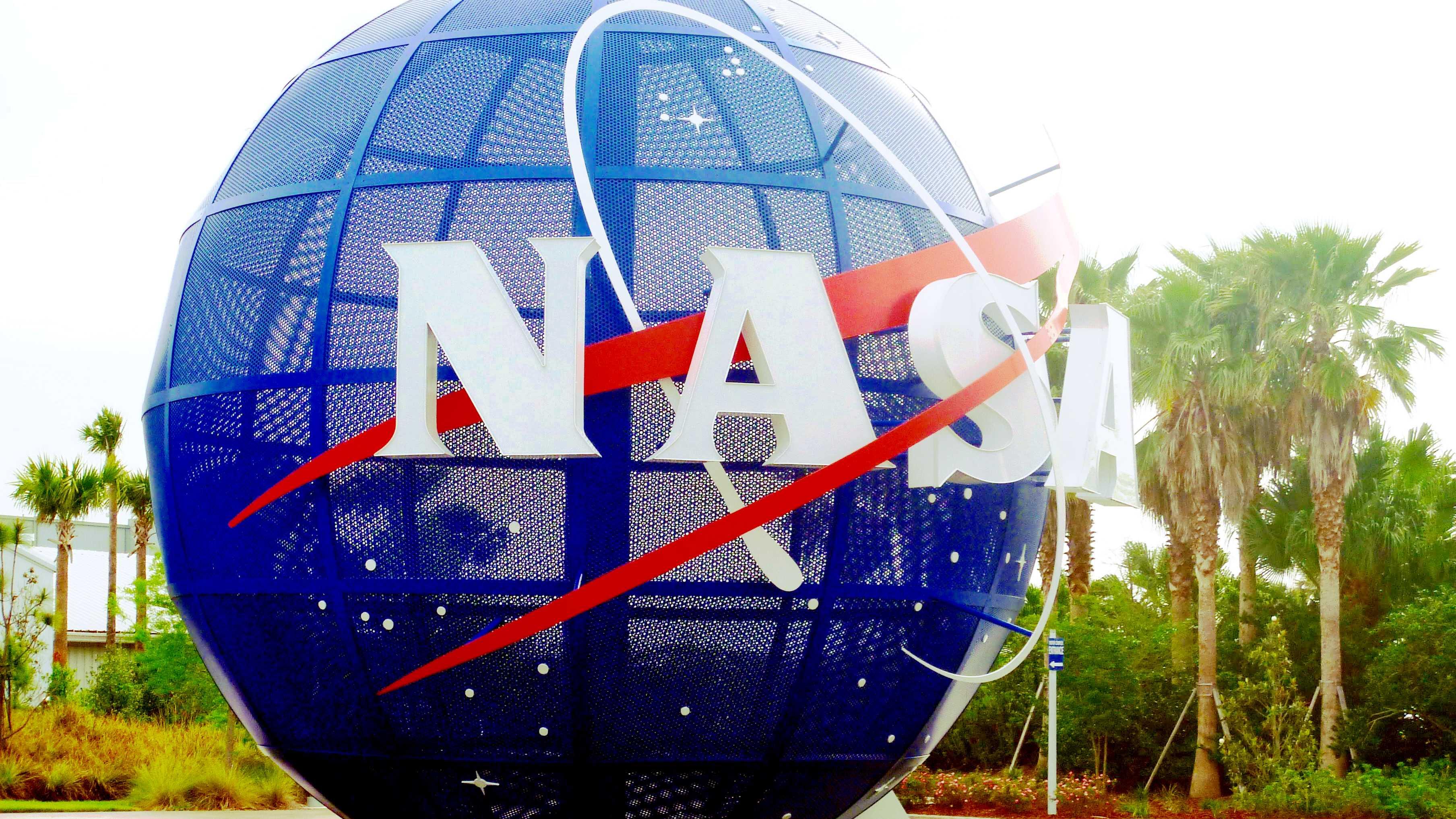 NASA-Logo auf blauem Globus