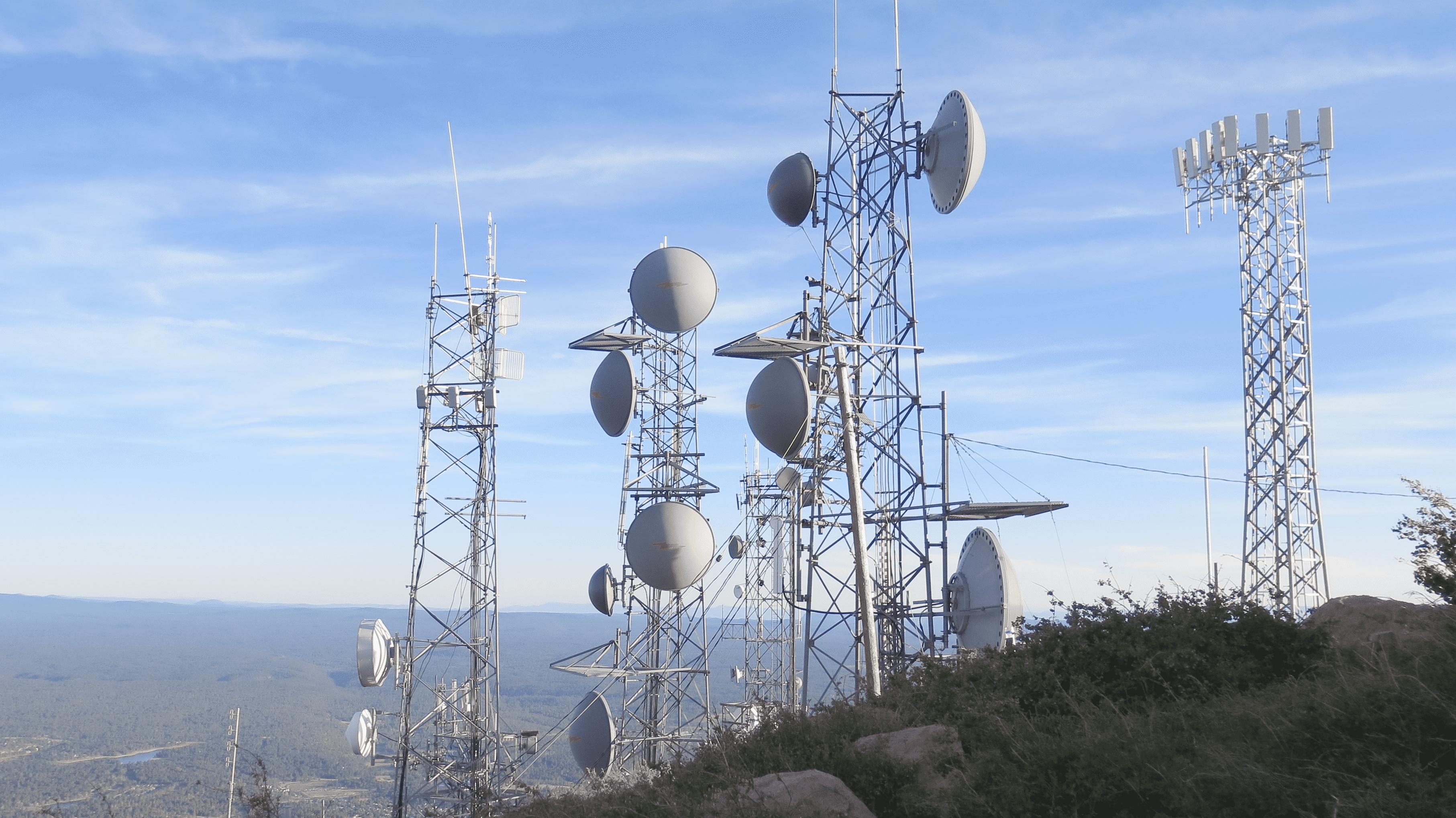Unterschiedliche Antennen auf einem Berg