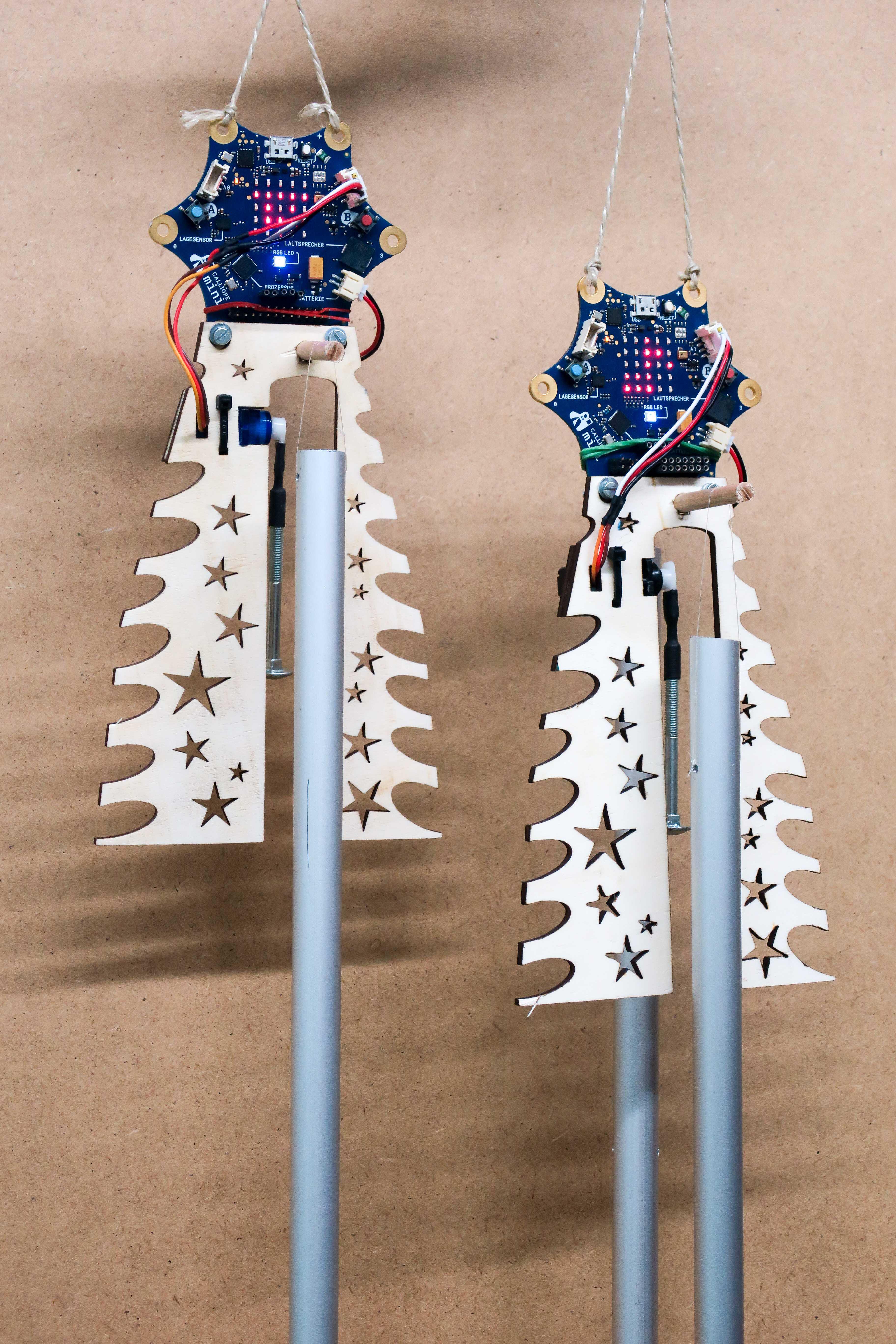Zwei Calliope mini mit Glockenspiel-Anhänger