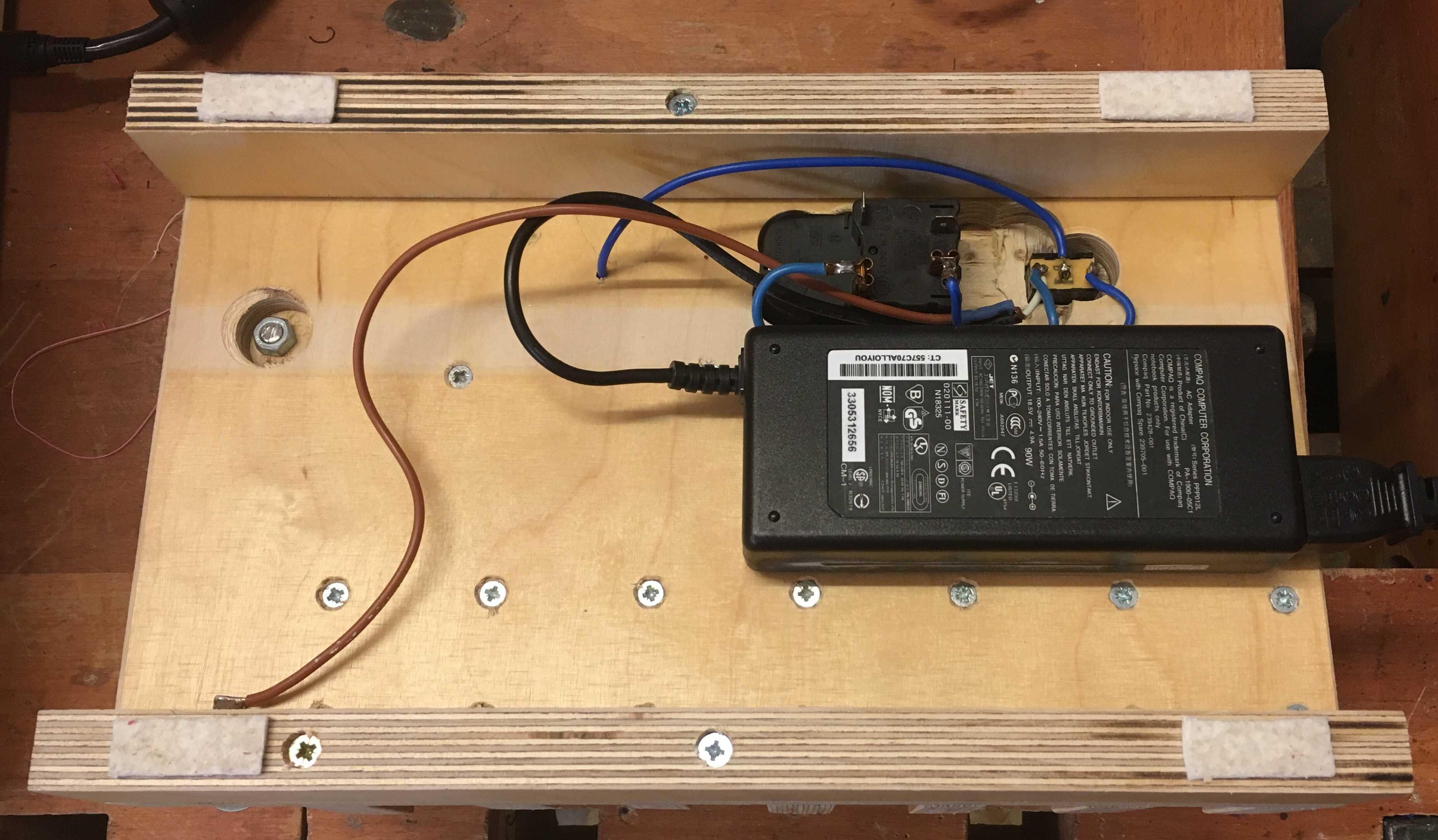 Elektrik in einer Holzkiste