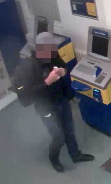 Der Täter hat über einen USB-Stick die Steuerungselektronik von Geldautomaten manipuliert und die Geräte leegeräumt.
