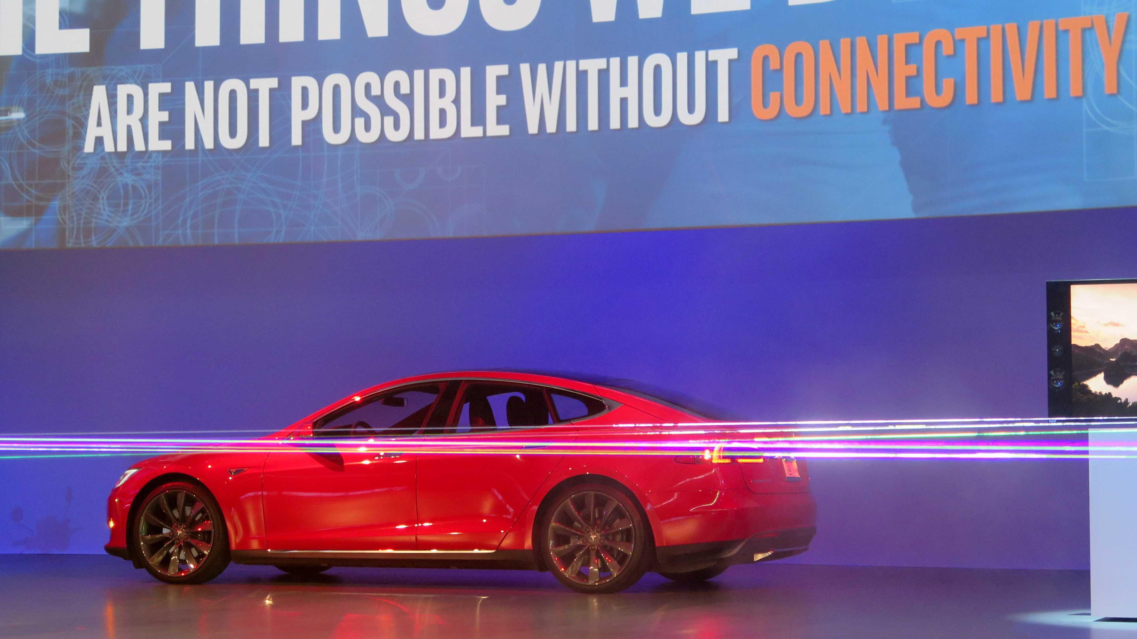 Roter Tesla, davor Laserstrahlen