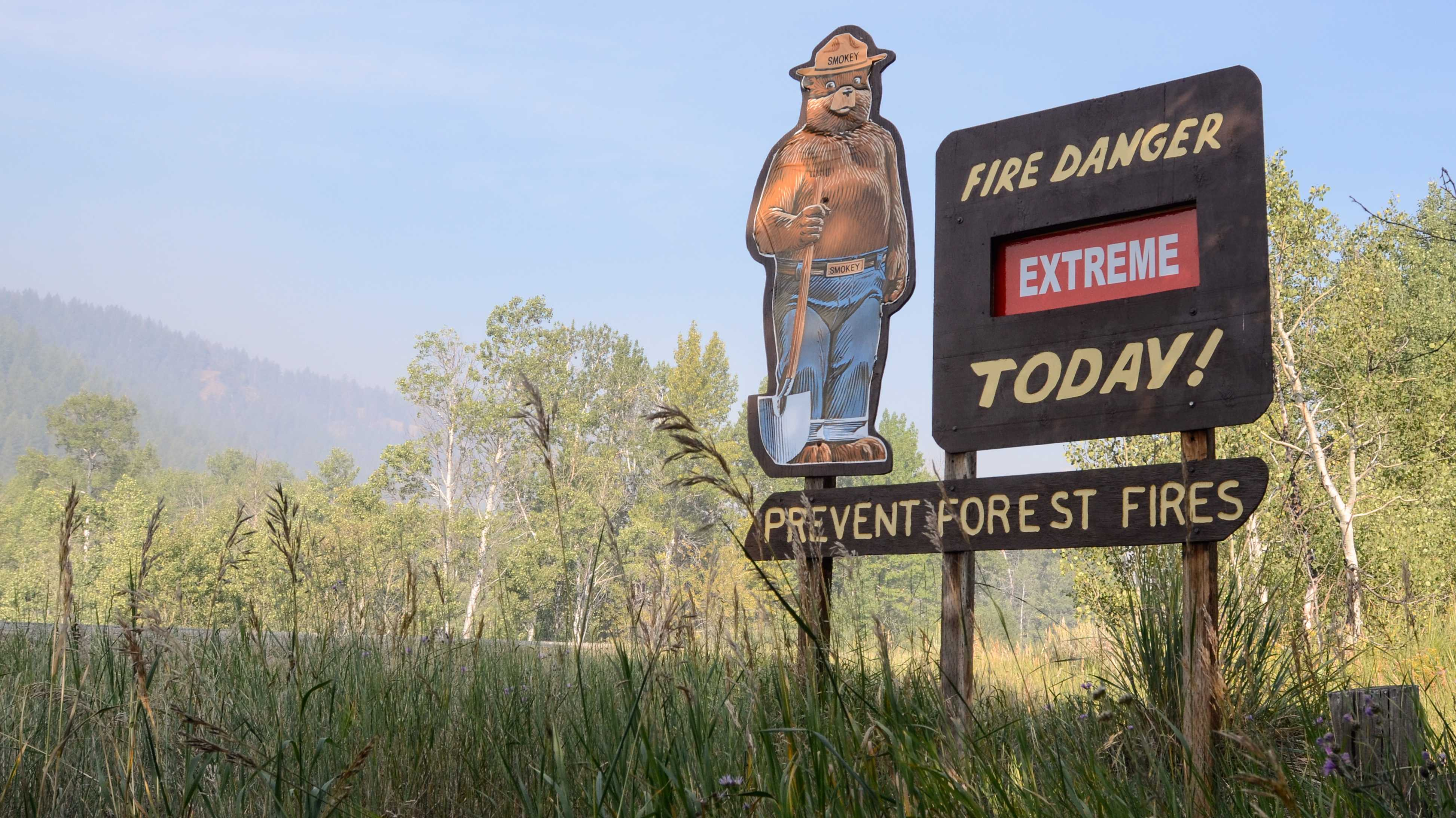 Schild warnt vor extremer Waldbrandgefahr