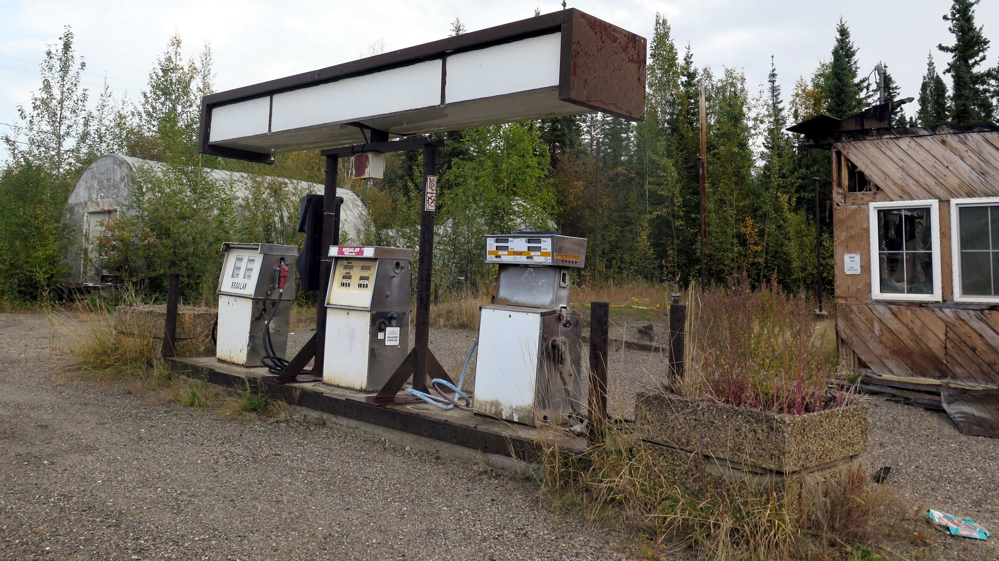 Aufgelassene Tankstelle mit drei Zapfsäulen