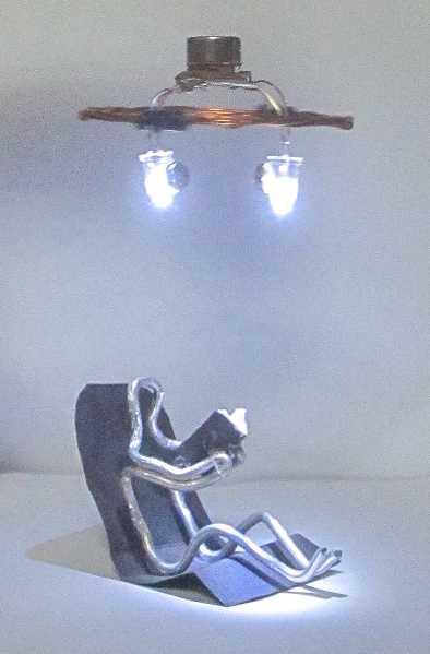 Schwebender LED-Kreisel über Figur